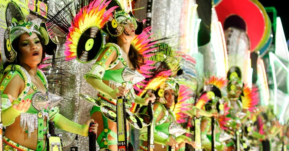 11.02.2013 - Destaques de carro alegórico da Mocidade sambam com alegria. Mocidade Independente faz Carnaval com materiais reciclados.