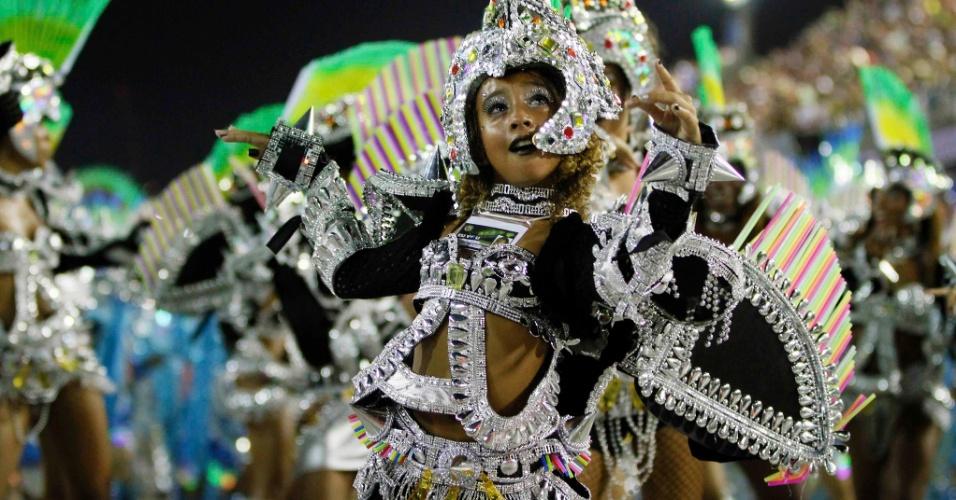 11.02.2013 - Passista faz a festa com o enredo da Mocidade Independente, na primeira noite de desfiles na Marquês da Sapucaí, Rio de Janeiro