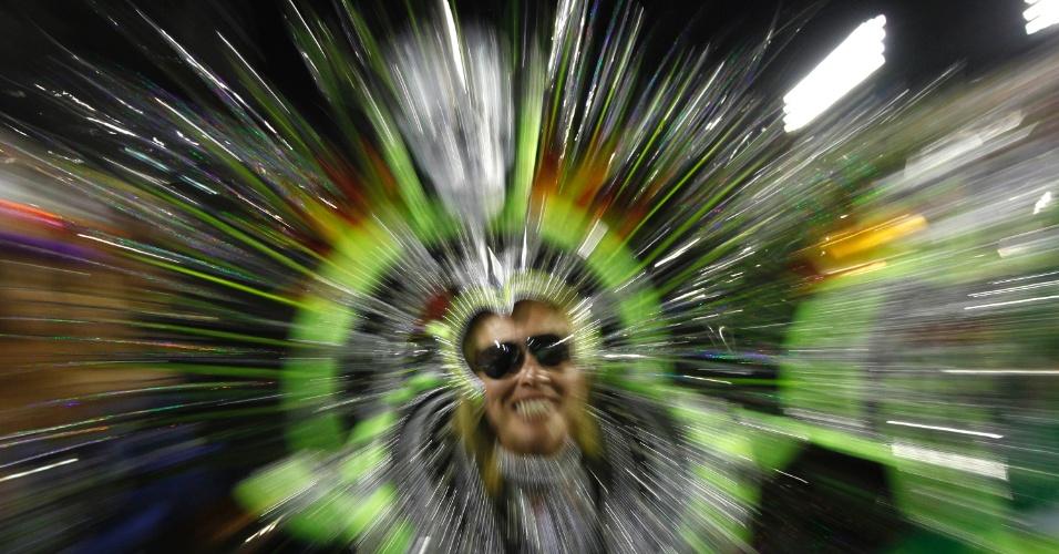 11.02.2013 - Passista sorri e brinca o carnaval da Mocidade Independente na Sapucaí. Escola faz Carnaval com materiais reciclados.