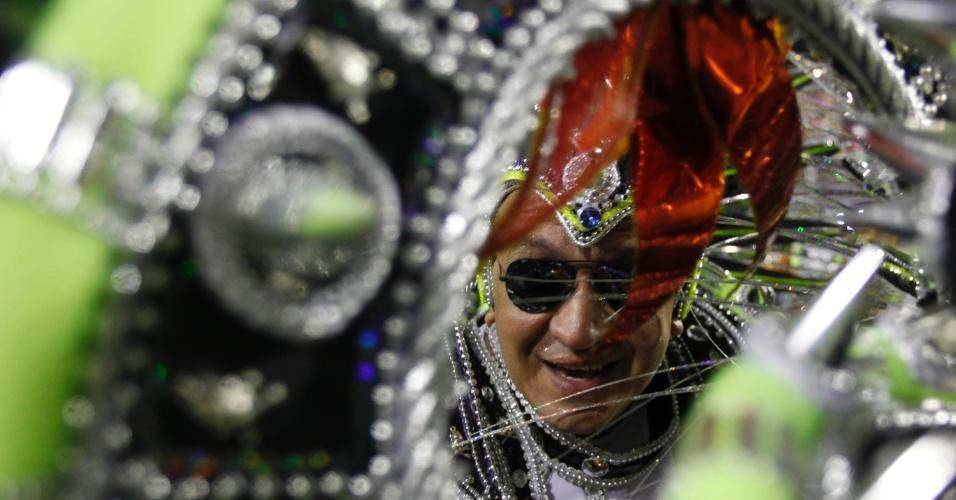 11.02.2013 - Passistas usam fantasias inspiradas nos arquétipos do Heavy Metal. Mocidade faz homenagem ao Rock in Rio