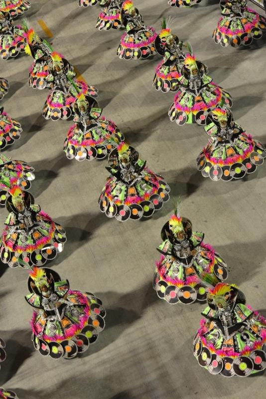 """11.02.2013 - Visão aérea da ala das baianas da Mocidade, que representam """"A Era do Disco"""". Escola canta em homenagem ao Rock in Rio"""