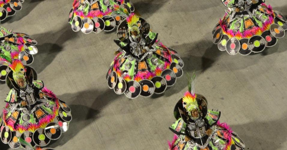 11.02.2013 - Visão aérea da ala das baianas da Mocidade, que representam