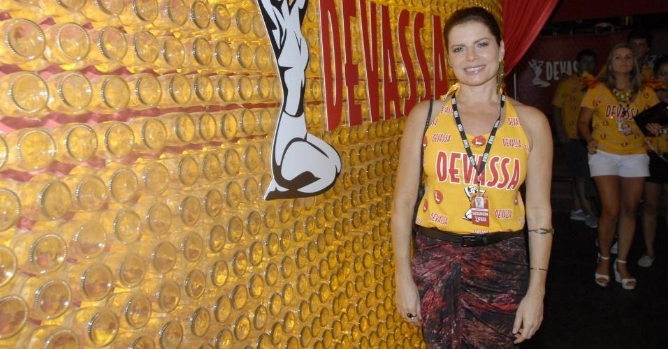 11.fev.2013 - A atriz Débora Bloch chega ao Camarote Devassa para assistir ao segundo dia de desfiles do Rio de Janeiro