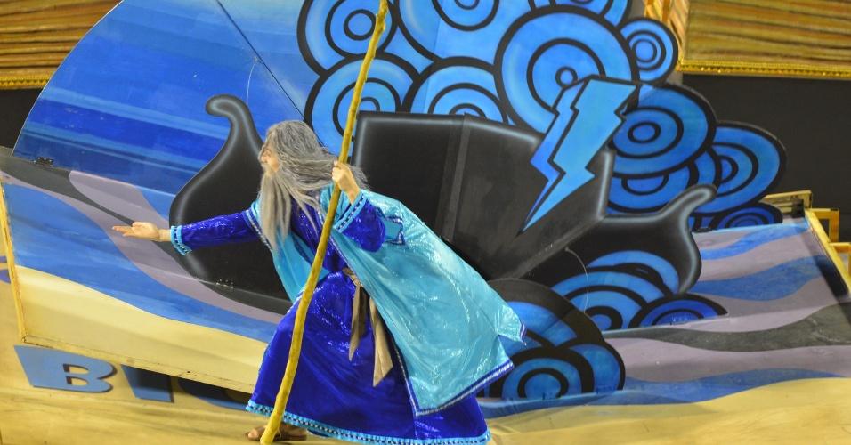 11.fev.2013 - A comissão de frente apresenta três grandes livros com personagens e um sósia de Vinicius, que troca as páginas do livro com efeito tridimensional