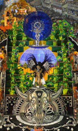 """11.fev.2013 - União da Ilha homenageia Vinícius de Moraes na Sapucaí com o enredo """"Vinícius no Plural. Paixão, Poesia e Carnaval"""""""