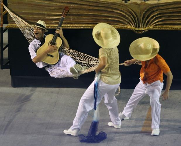 11.fev.2013 - A comissão de frente apresentou três grandes livros com personagens e um sósia de Vinicius, que troca as páginas do livro com efeito tridimensional