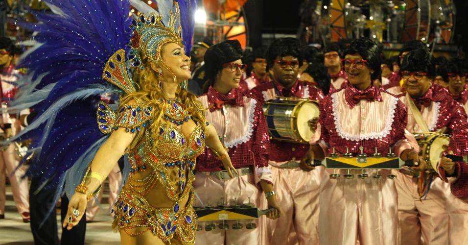 11.fev.2013 - A escola São Clemente abre o segundo dia de desfiles no sambódromo do Rio