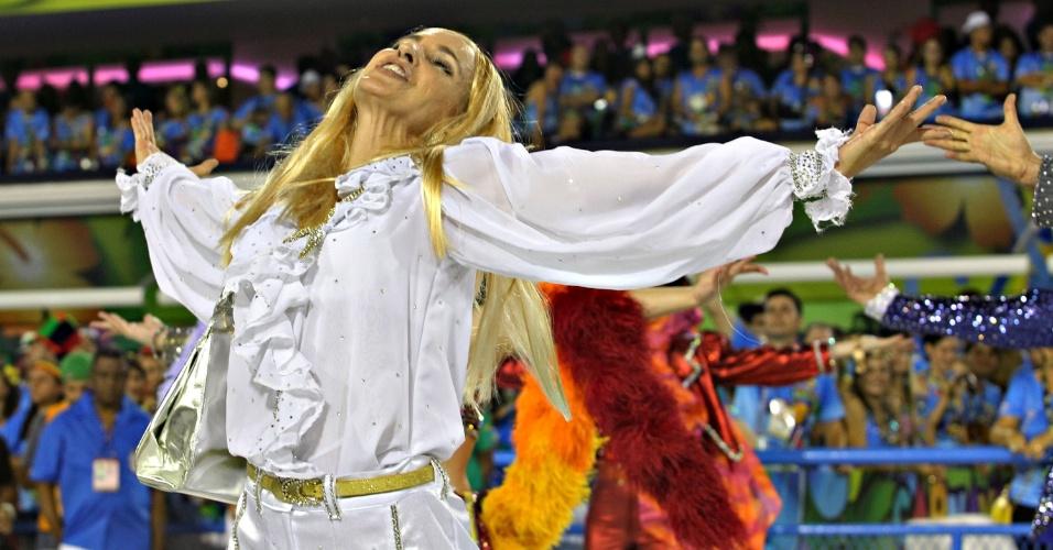 11.fev.2013 - Passista vestida de Carminha participa de desfile da escola São Clemente, no segundo dia de desfiles no sambódromo do Rio