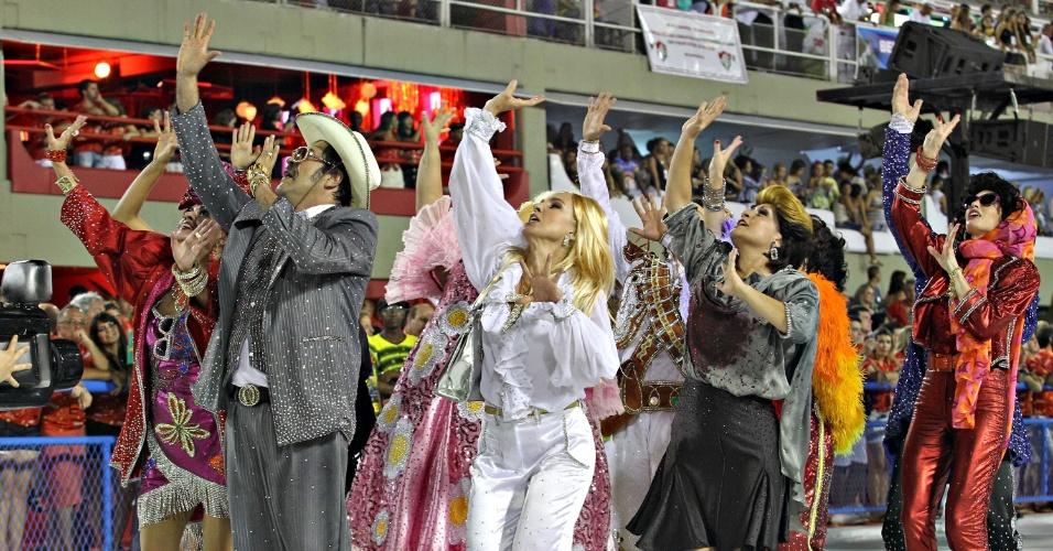 11.fev.2013 - Passistas vestidos de personagens de novela, como Carminha, Odete Roitman, Viúva Porcina e Sinhozinho Malta, durante desfile da Sâo Clemente, no segundo dia de desfiles no Rio
