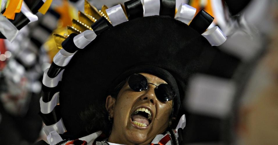11.fev.2013 - São Clemente abriu o segundo dia de desfiles no sambódromo do Rio; escola prestou homenagem às novelas da TV Globo