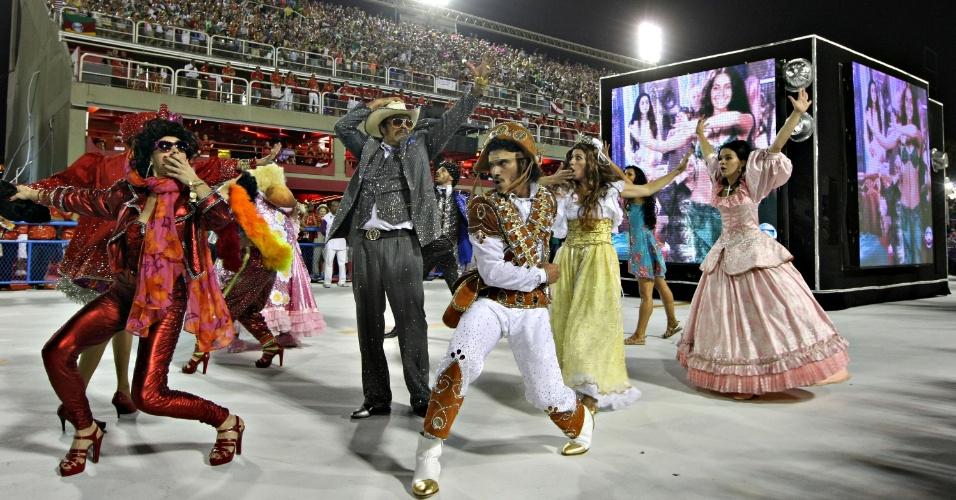 11.fev.2013 - Passistas vestidos de personagens de novela durante desfile da Sâo Clemente, no segundo dia de desfiles no Rio