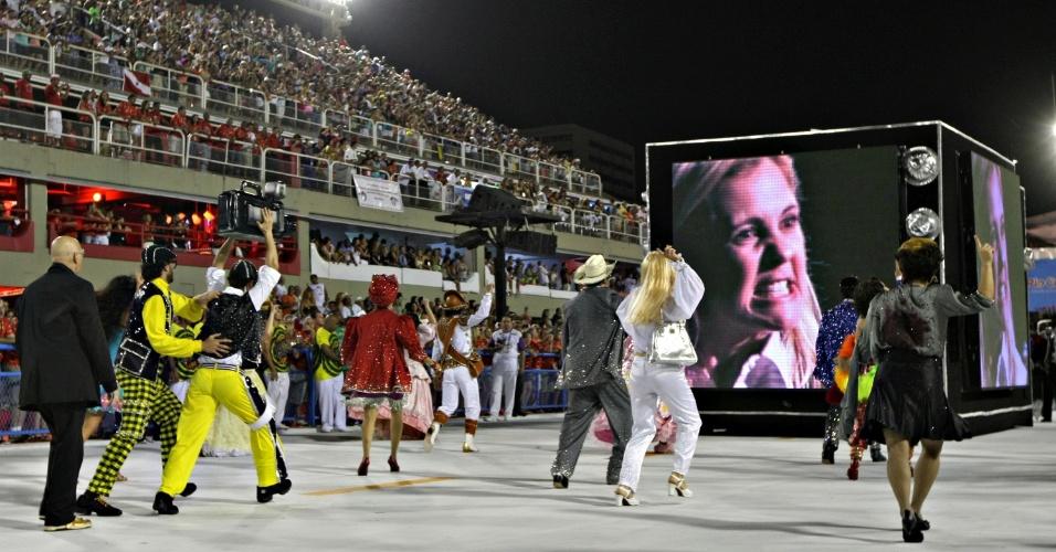 """11.fev.2013 - Cena da novela """"Avenida Brasil"""" exibida em telão durante o desfile da São Clemente no segundo dia de desfiles no sambódromo do Rio"""