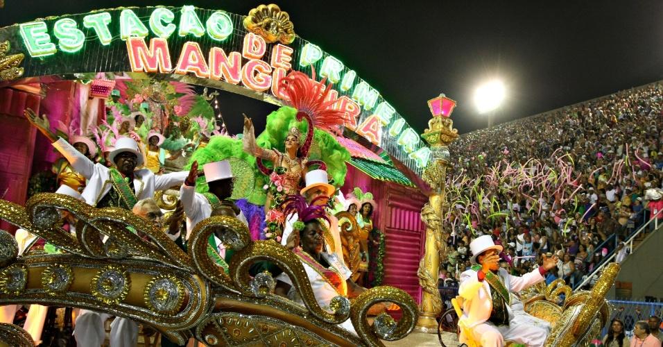11.fev.2013 - A Mangueira desfila no segundo dia na Sapucaí; enredo homenageou a história da cidade de Cuiabá e teve troca entre dois grupos de baterias