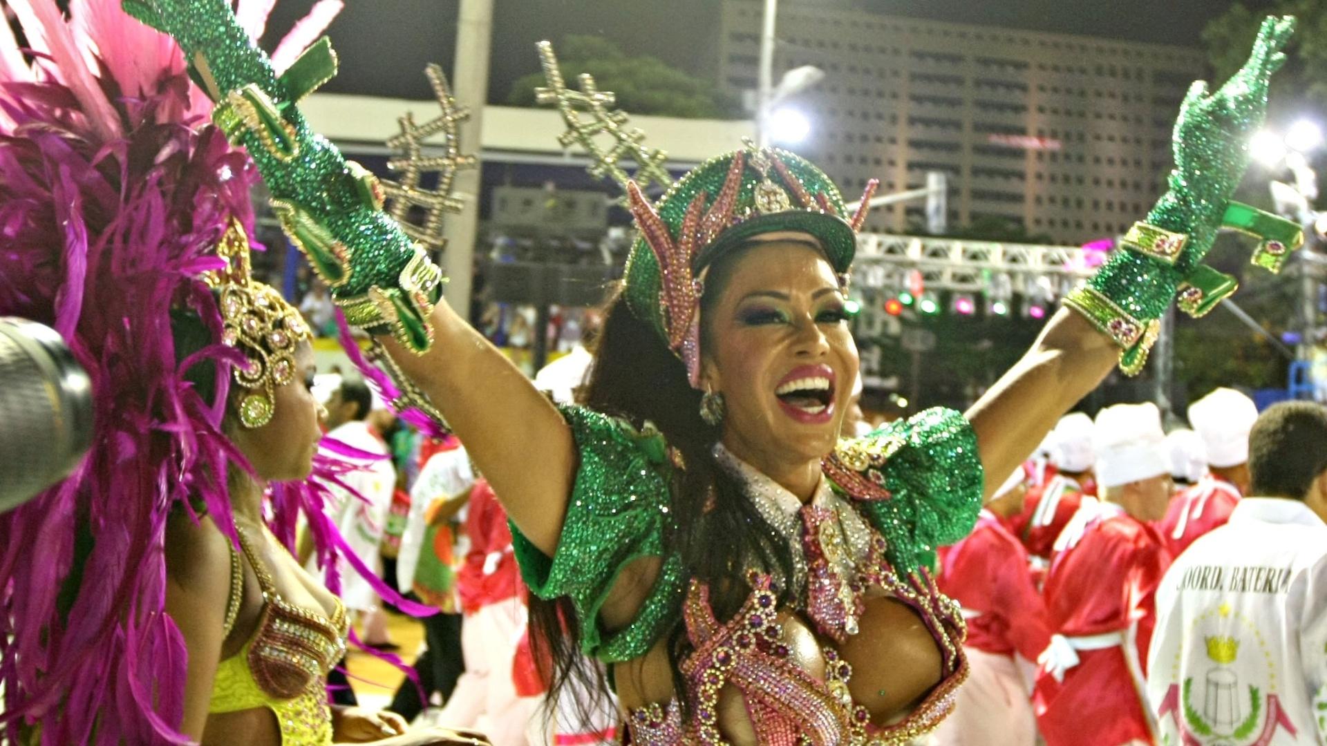 11.fev.2013 - Gracyanne Barbosa, rainha de bateria, durante o desfile da Mangueira na Sapucaí