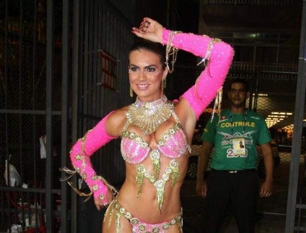 11.fev.2013 - A panicat Renata Molinaro durante a concentração da Mangueira