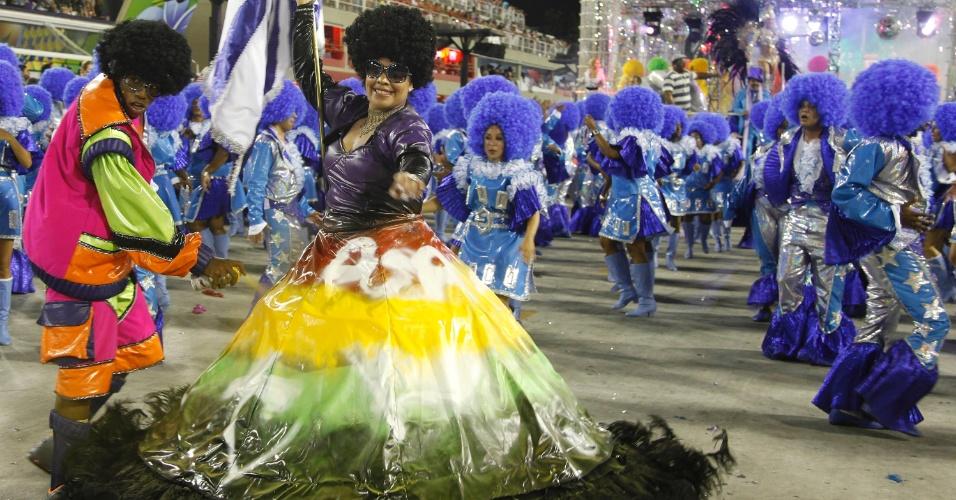 11.fev.2013 - A Portela contou com mestre-sala grafiteiro que pintava a saia da porta-bandeira, lembrando a cultura urbana da região, reduto da black music carioca nos anos 1970