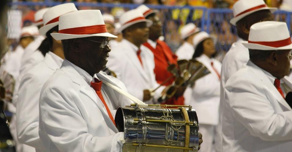 11.fev.2013 - A Portela, última a desfilar na primeira noite do Especial, homenageia o cantor e compositor Paulinho da Viola, que completou 70 anos no dia 12 de novembro