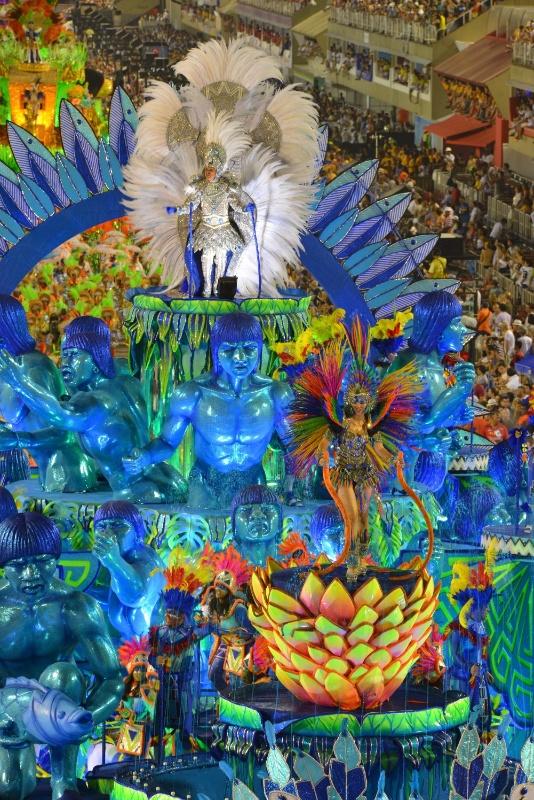 11.fev.2013 - A Portela, última a desfilar na primeira noite do Especial, vai homenageou o cantor e compositor Paulinho da Viola, que completou 70 anos no dia 12 de novembro