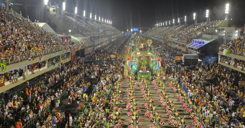 11.fev.2013 - Ala das baianas e carro abre-alas da Mocideande Independente tomam conta da Sapucaí.