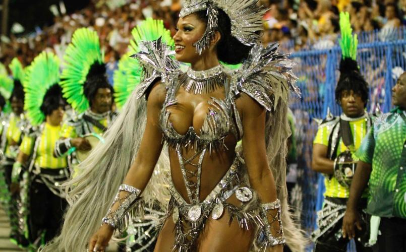 11.fev.2013 - Camila Silva, rainha da bateria da Mocidade Independente, samba para os integrantes da escola. Agremiação faz homenagem ao Rock in Rio na Sapucaí
