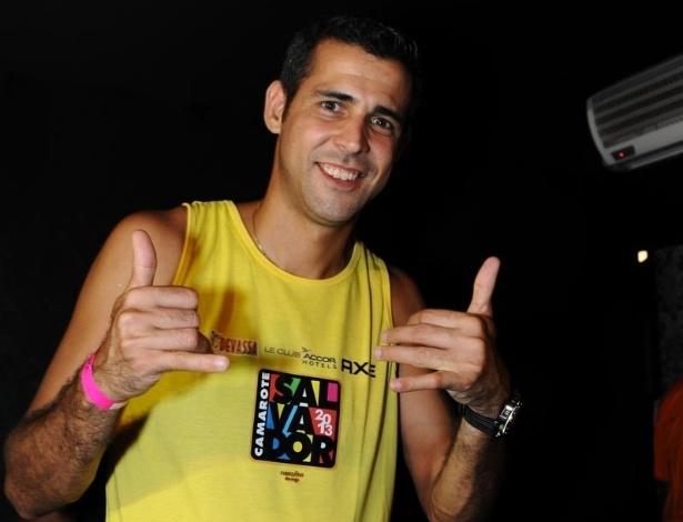 11.fev.2013 - Animado, o jogador de vôlei Dante chega para a apresentação do Trio Ternura, em Salvador