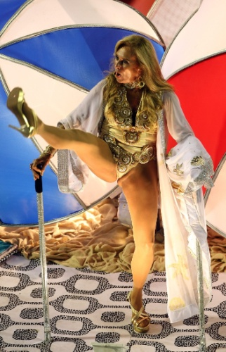 """11.fev.2013 - Aos 67 anos, Helô Pinheiro, a inspiração para a música """"Garota de Ipanema"""", mostrou no desfile da União da Ilha que ainda tem muita energia"""