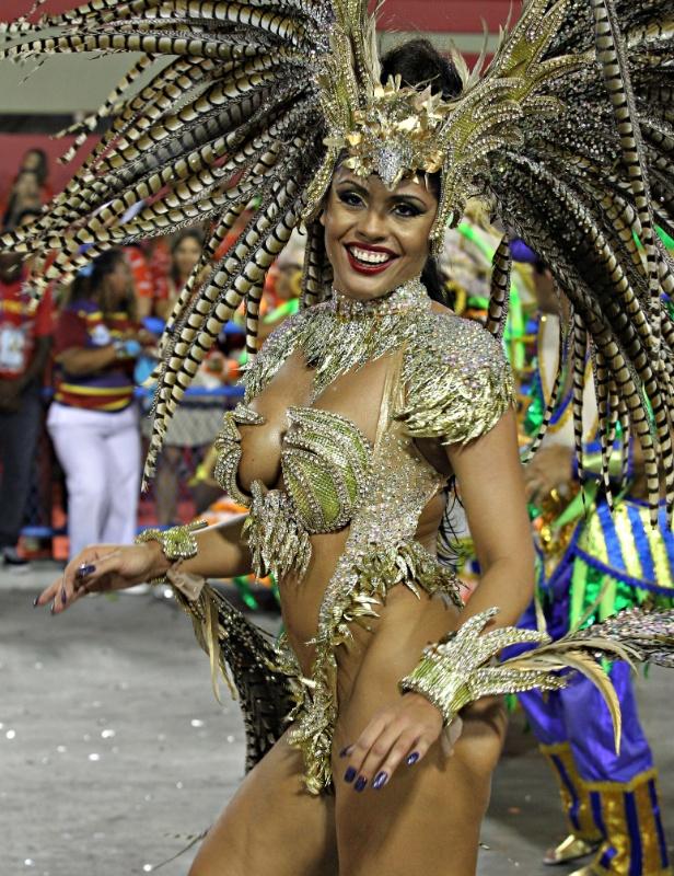 11.fev.2013 - Déborah Caetano, musa da Portela, samba na Sapucaí