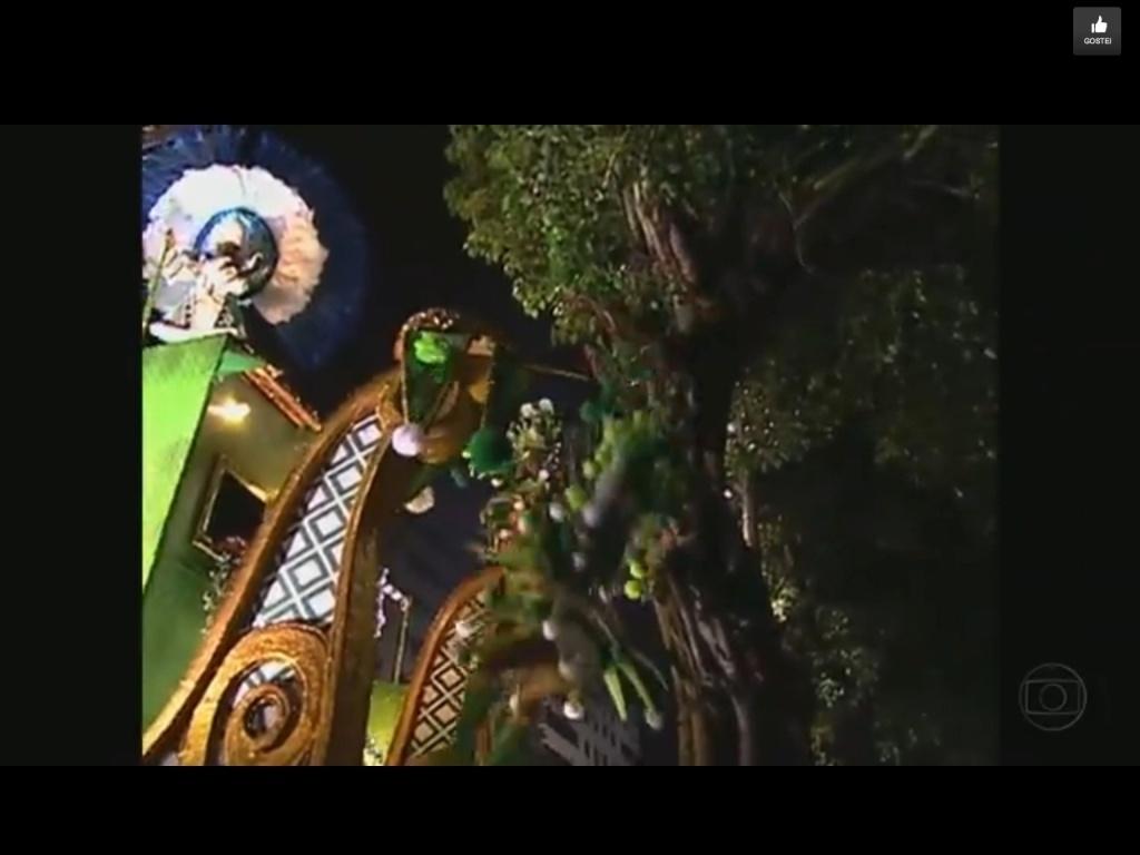 11.fev.2013 - Destaque da Portela, Anne Raquel, de 41 anos, quebra a perna após o carro da escola bater em uma árvore na concentração da Sapucaí. Na foto, o momento em que ela se solta da árvore e cai no colo dos bombeiros