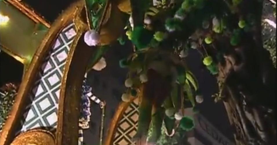 11.fev.2013 - Destaque da Portela, Anne Raquel, de 41 anos, quebra a perna após o carro da escola bater em uma árvore na concentração da Sapucaí. Na foto, o momento em que ela está se segurando na árvore