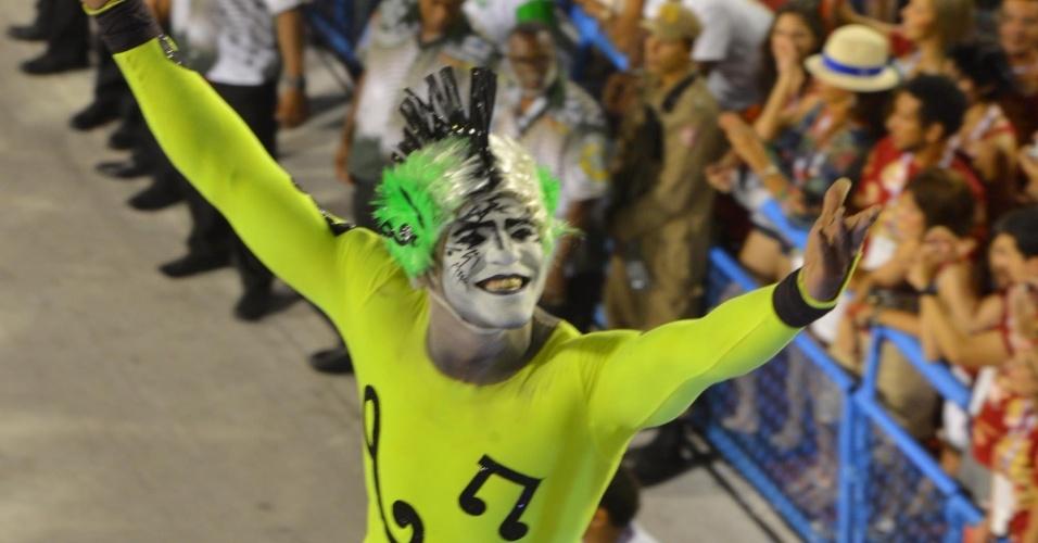 11.fev.2013 - Destaque do carro de comissão de frente. Mocidade Indepentende canta em homenagem ao Rock in Rio