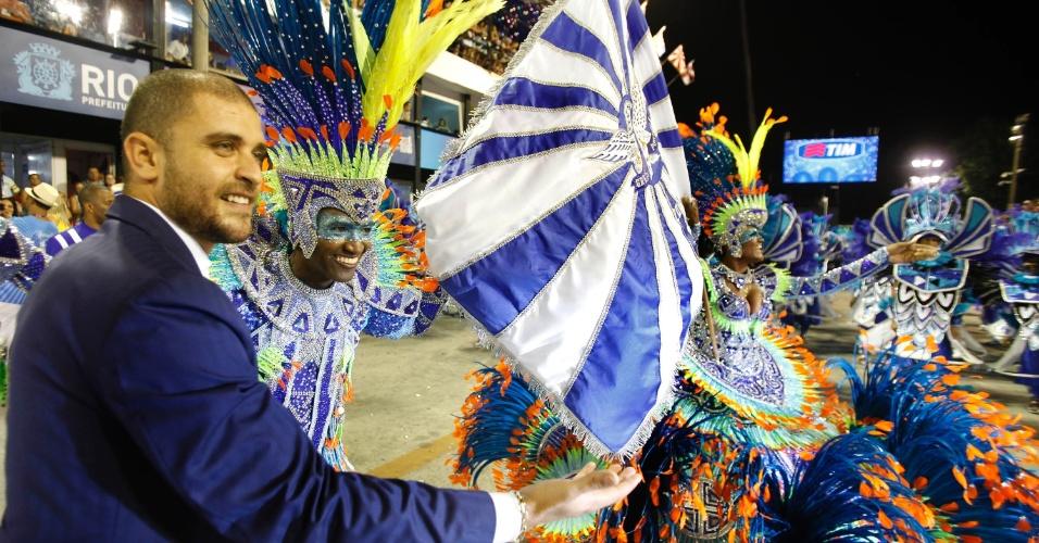 11.fev.2013 - Diogo Nogueira desfilou pela Portela, escola na qual o sambista foi escolhido quatro vezes consecutivas por co-assinar o samba-enredo de 2007, 2008, 2009 e 2010