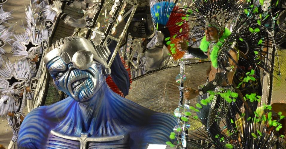 11.fev.2013 - Eddie, o 'mascote' da banda Iron Maiden, aparece em carro alegórico da Mocidade Independente.