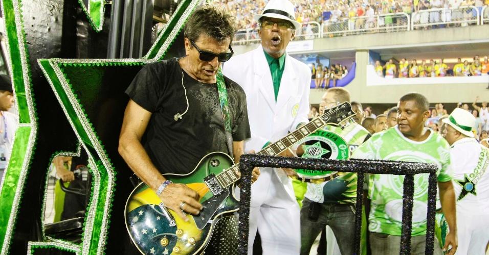 11.fev.2013 - Evandro Mesquita levanta o público da Sapucaí no Rio de Janeiro. Mocidade faz homenagem ao Rock in Rio
