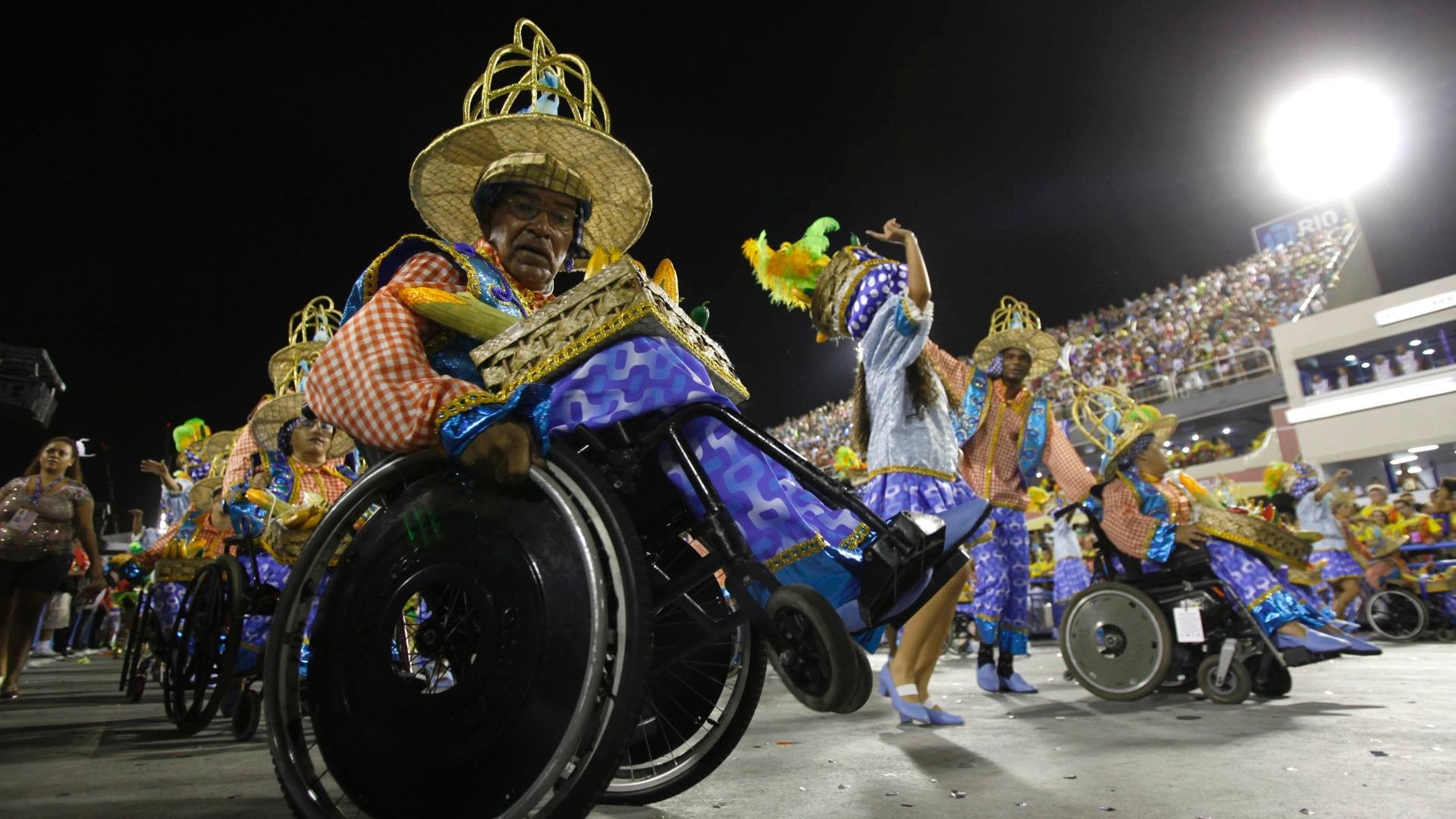 11.fev.2013 - Foliões de cadeiras de rodas desfilam pela Portela, no Rio de Janeiro