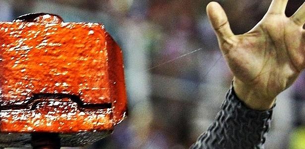 11.fev.2013 - Fotógrafo do UOL revela segredo da levitação do martelo de Thor