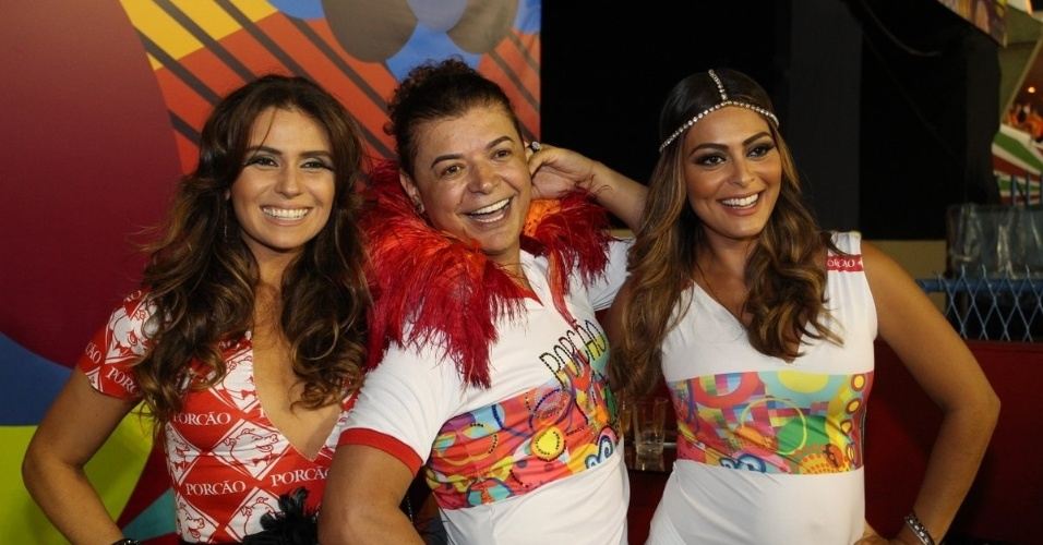 11.fev.2013 - Giovanna Antonelli, David Brazil e Juliana Paes posam no camarote de churrascaria na Sapucaí