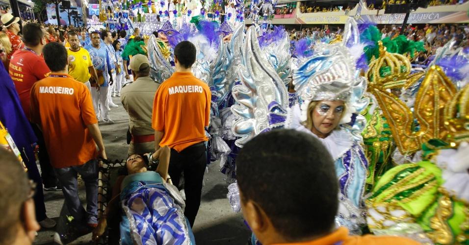 11.fev.2013 - Integrante da Portela passa mal e retirada da passarela, no Rio de Janeiro