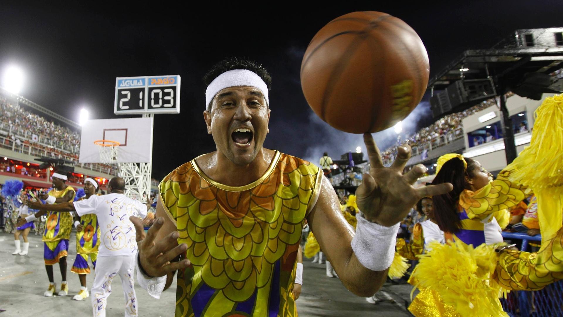 11.fev.2013 - Jogadores de basquete de Madureira se apresentam junto da Portela na homenagem ao bairro