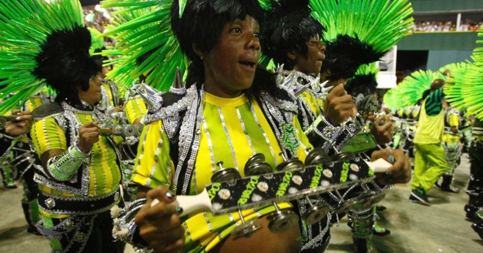 11.fev.2013 - Membro da bateria faz a festa na Sapucaí mesmo grávida. Rock in Rio é homenageado no samba-enredo da Mocidade Independente.