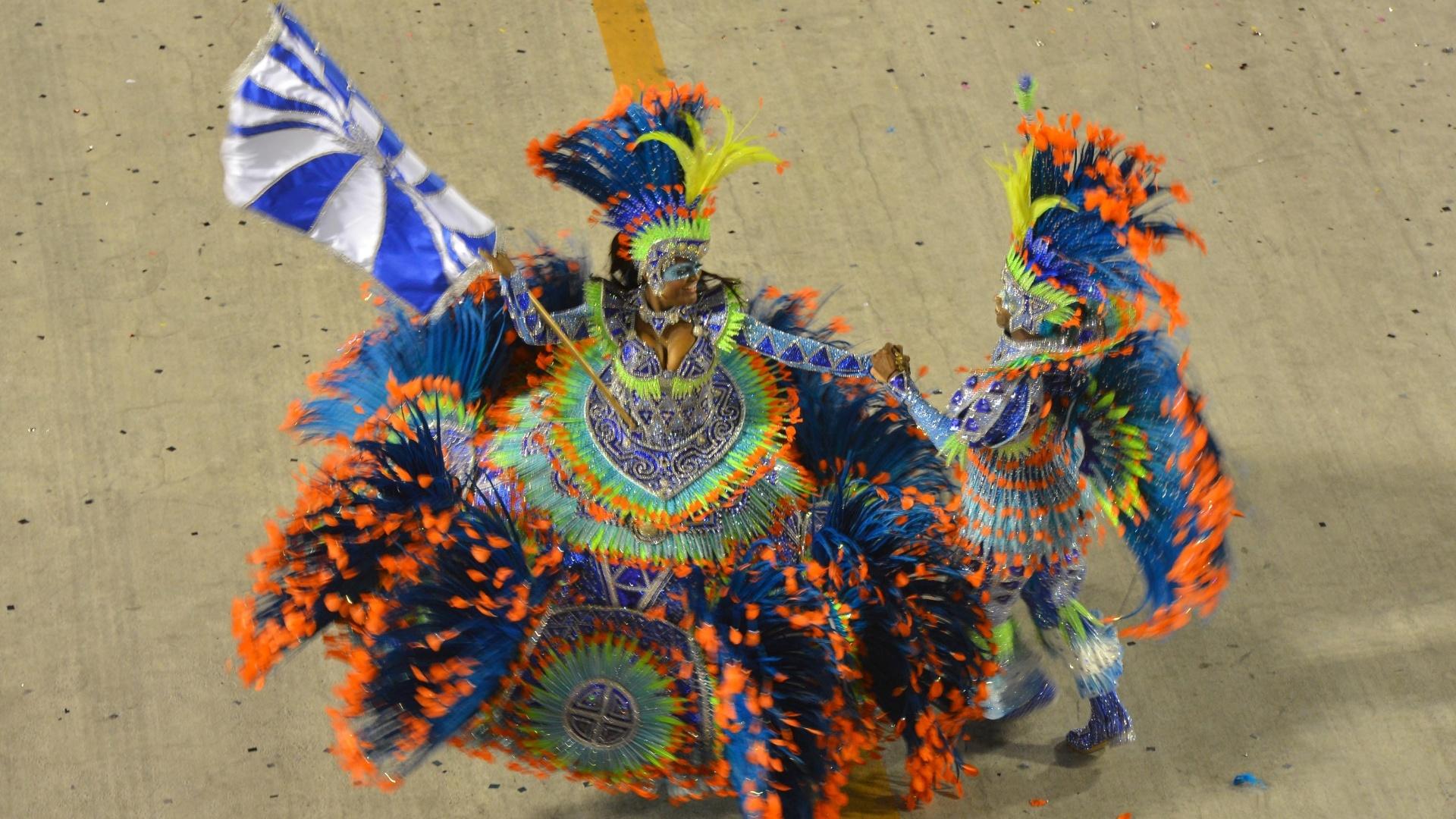 11.fev.2013 - Meste-sala e porta-bandeira da Portela dançam ao som do samba-enredo dedicado aos 400 anos a Madureira, bairro no subúrbio que abriga a quadra da agremiação que foi fundada há 90 anos