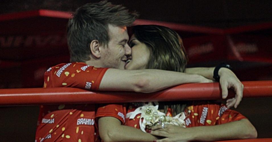 11.fev.2013 - Michel Teló e a namorada, a atriz Thais Fersoza, trocam beijos na frisa do camarote Brahma