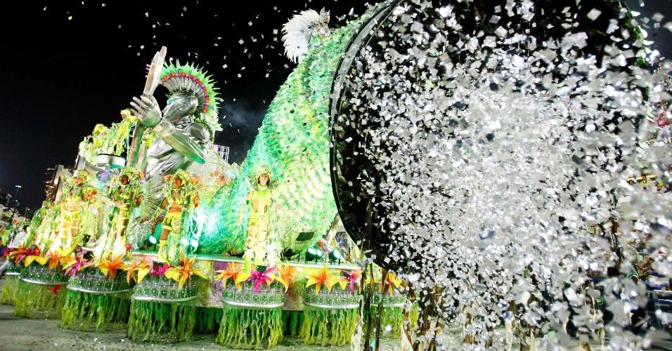 11.fev.2013 - Mocidade Independente de Padre Miguel entra na avenida com uma homenagem ao Rock in Rio