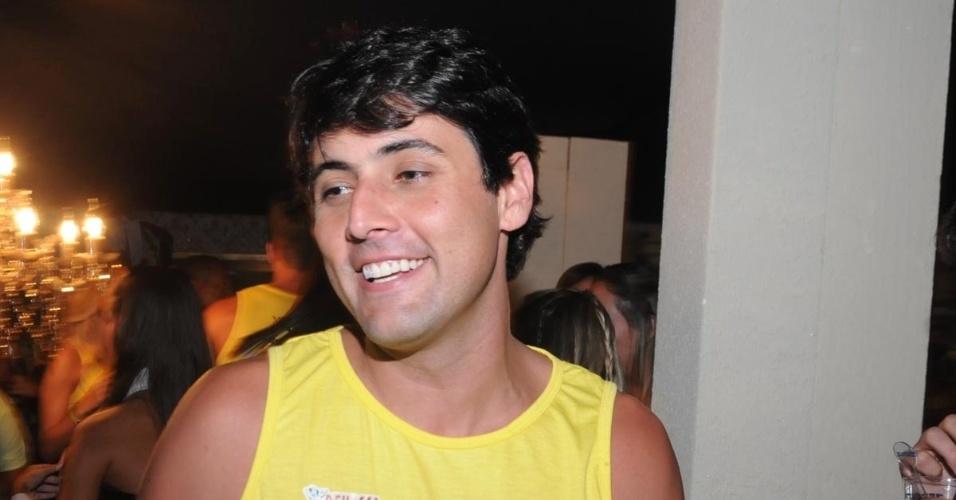 11.fev.2013 - O apresentador Bruno de Lucca chega ao Camarote Salvador para assistir ao show do Trio Ternura, durante o Carnaval baiano