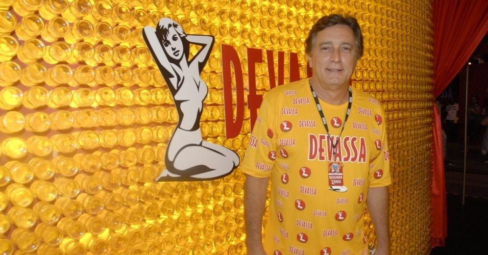 11.fev.2013 - O ator Eduardo Galvão chega ao Camarote Devassa para assistir ao segundo dia de desfiles do Rio de Janeiro