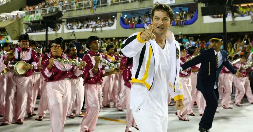 11.fev.2013 - O ator Marcelo Serrado durante desfile da São Clemente no sambódromo do Rio