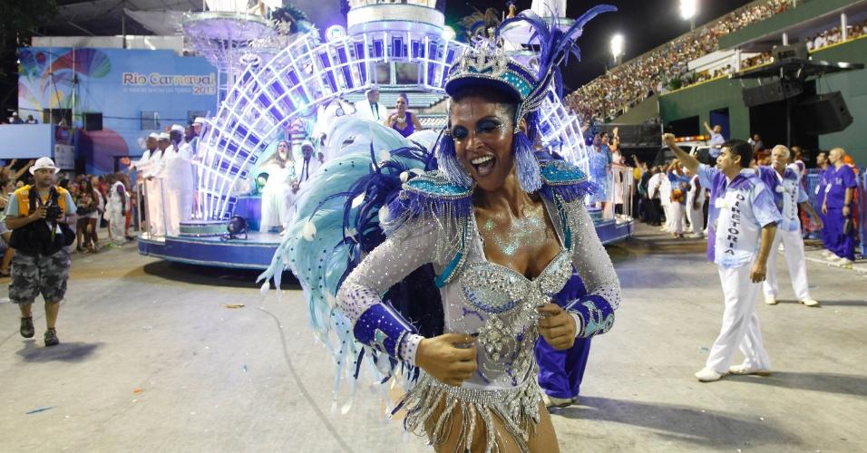 11.fev.2013 - Passista em desfile da Portela, que homenageou o bairro de Madureira e Paulinho da Viola