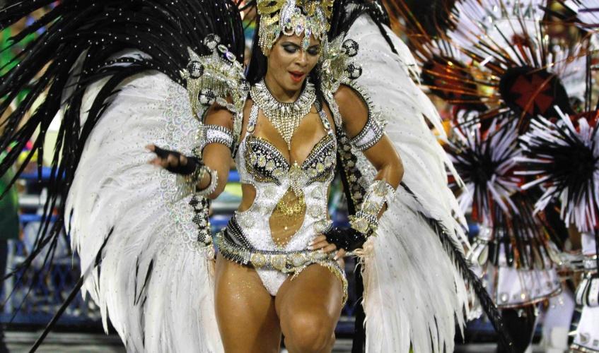 11.fev.2013 - Passista samba com alegria e descontração. Mocidade Independente faz homenagem ao Rock in Rio na Sapucaí.