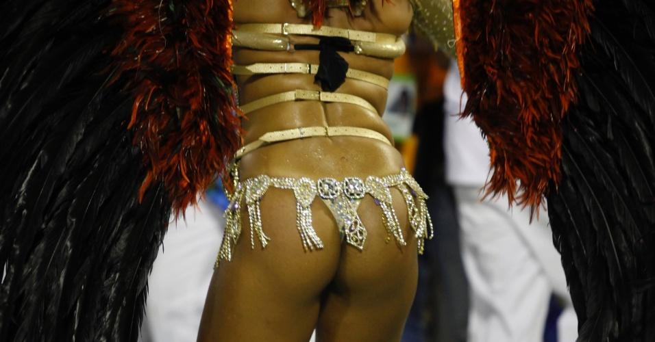 11.fev.2013 - Passista samba em desfile da Portela, que homenageou o bairro de Madureira e Paulinho da Viola
