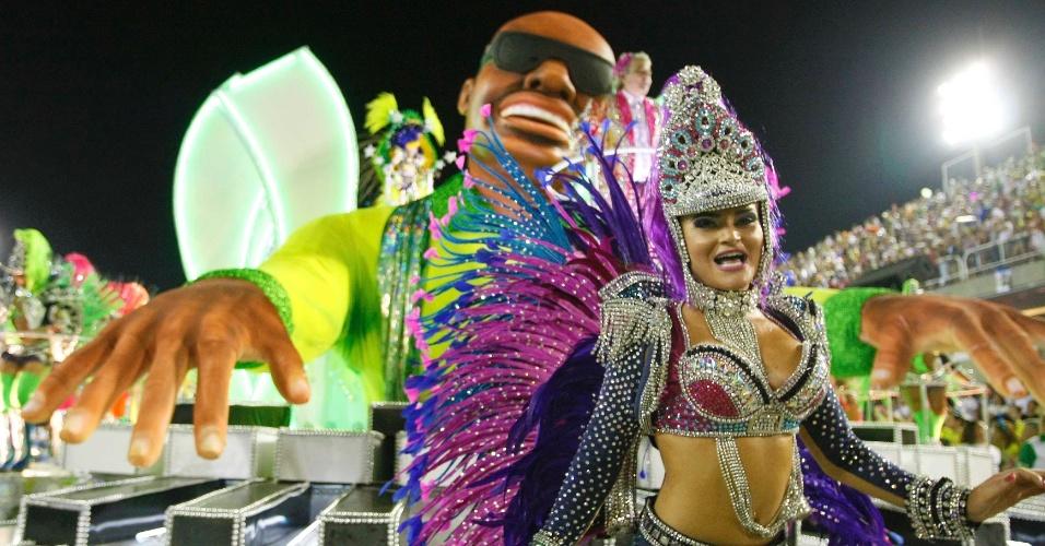 11.fev.2013 - Passista samba em frente ao carro que faz homenagem a Stevie Wonder. Mocidade Independente de Padre Miguel entrou na avenida para falar de Rock in Rio