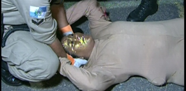 11.fev.2013 - Pessoa atendida após se desesperar com os problemas no desfile da Unidos da Tijuca